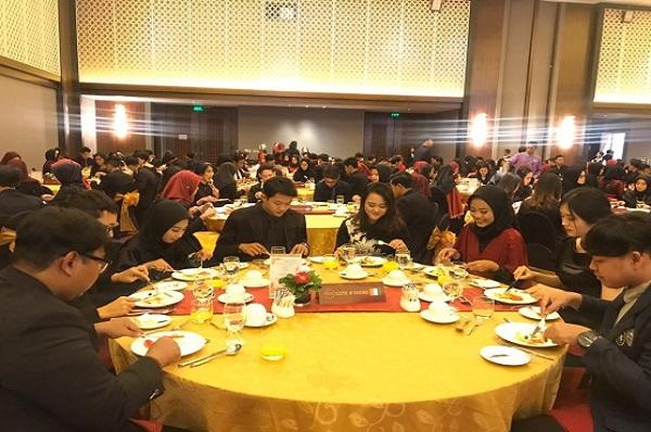 Praktikum Teori dan Negosiasi Mahasiswa Sedang Mempraktekan Negosiasi Dalam Jamuan Makan Malam/Resepsi Diplomasi